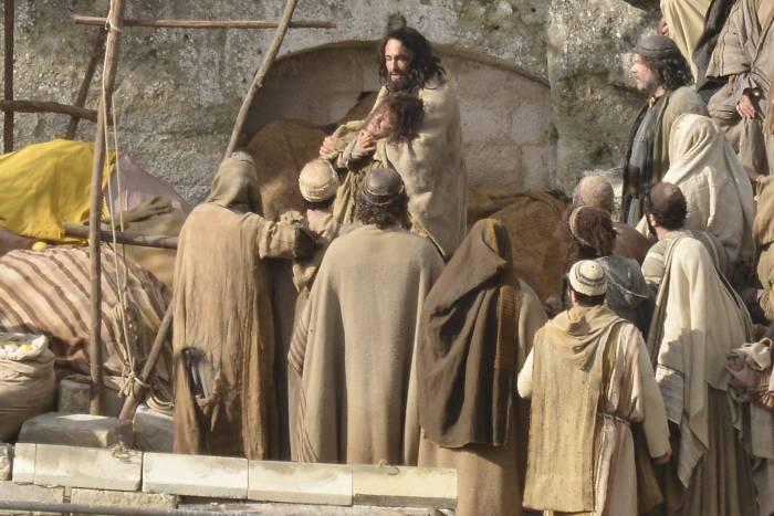 Rodrigo Santoto no set interpretando Jesus Cristo