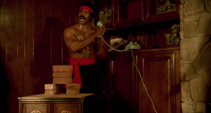 Michael Jai White num visual meio James Brown... e meio Liu Kang(?)