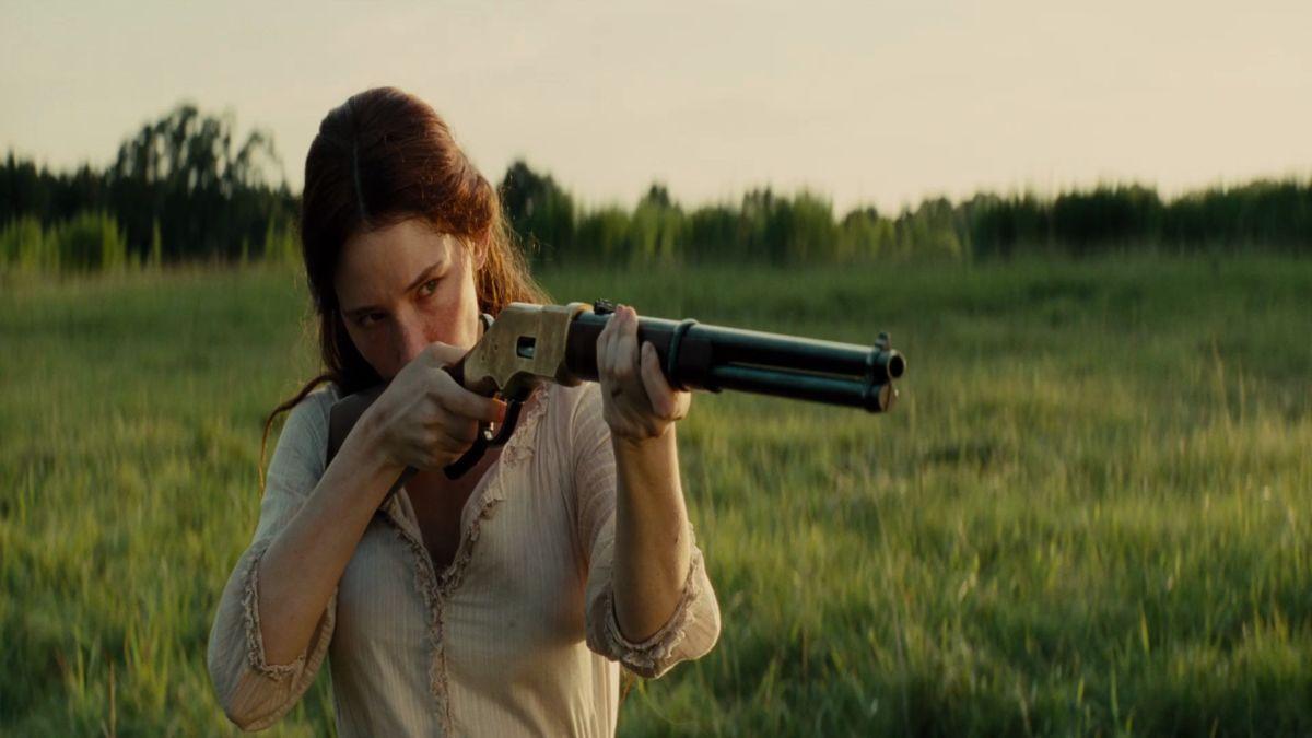uma moça atirando com um rifle
