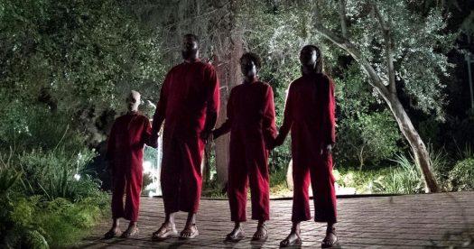 Nós (Us) - filme de Jordan Peele - cena assustadora da família de mãos dadas