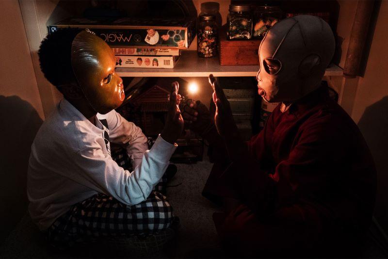 Nós (Us) - filme de Jordan Peele - meninos no armário brincando com fogo