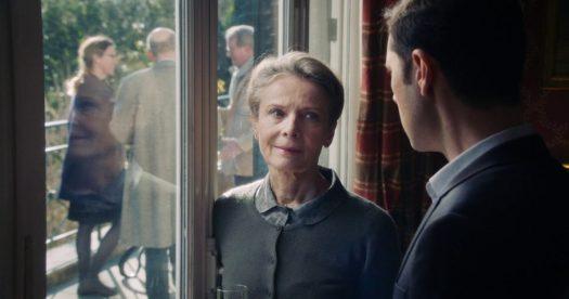 Graças a Deus - filme de François Ozon - cena do filme com uma mulher e um homem ao lado de uma janela