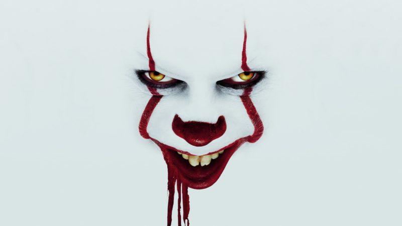 """""""It: Capítulo Dois"""": rosto do palhaço Pennywise em um fundo totalmente branco, que se mistura com seu rosto"""