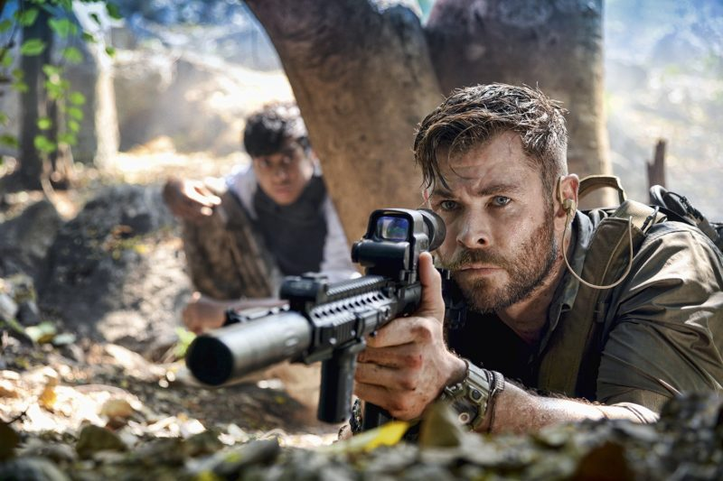 Resgate - Netflix - cena com Chris Hemsworth e Rudhraksh Jaiswal