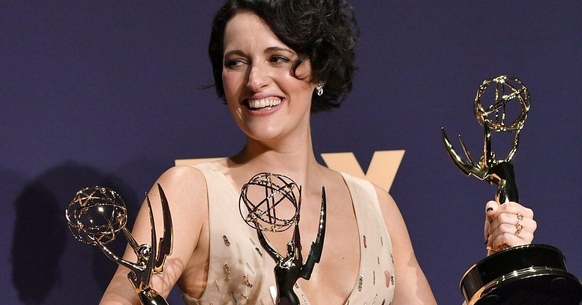 Phoebe Waller-Bridge segurando três prêmios Emmy por Fleabag