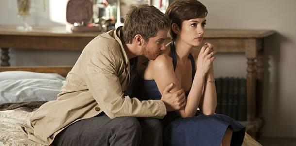 Dexter e Emma em cena do filme Um Dia