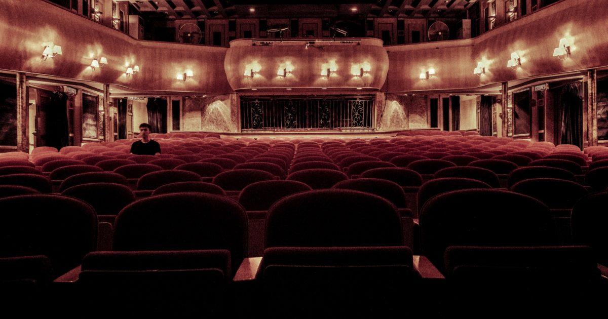 Cinema vazio com uma pessoa